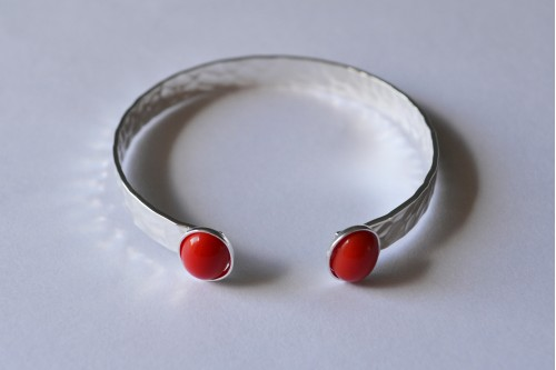bracelet jonc martelé 2 cabochons 10x8